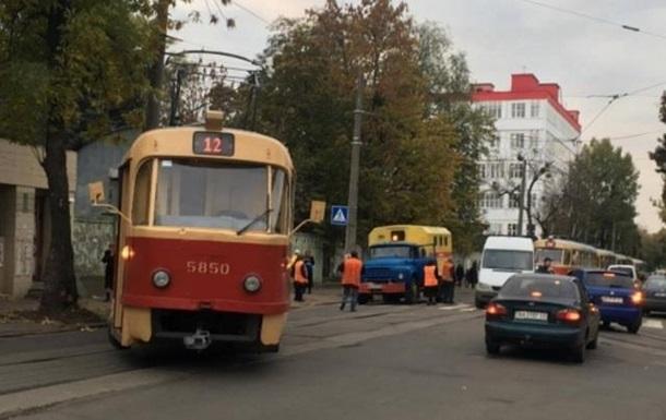 В Киеве трамвай сошел с рельсов и врезался в столб