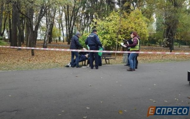 В парке Киева нашли пенсионера, вонзившего себе нож в сердце