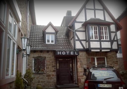 Отель или пособие?