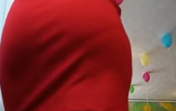 Танец воспитательницы в красном  мини  удивил Сеть