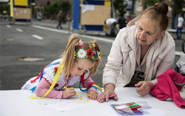 Украинцы рисовали своих мам и мирное небо над землей