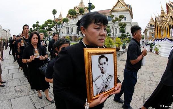 В Таиланде десятки тысяч прощаются с умершим королем