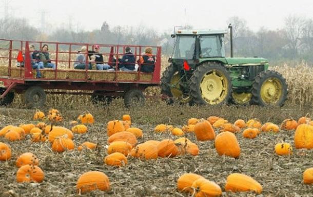 В США грузовик протаранил хэллоуинский прицеп с детьми