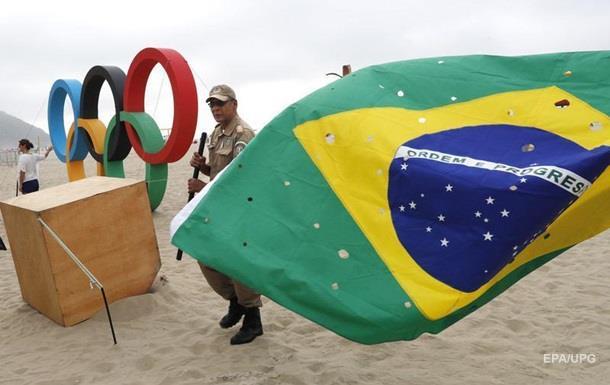 В Бразилии коп поднял задержанного и потряс
