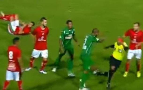 В чемпионате Бразилии футболист напал на рефери