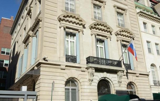 В Нью-Йорке сотрудник безопасности упал с крыши консульства РФ