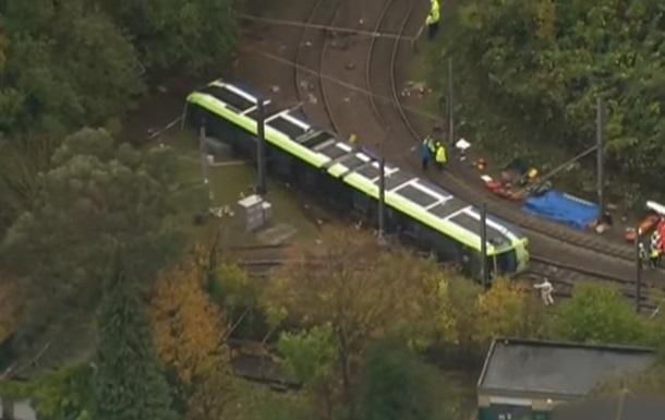 Встолице Англии перевернулся трамвай: десятки пострадавших