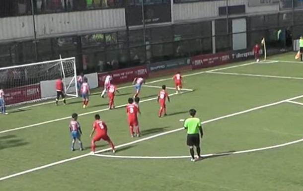 Футбол в Китае: 10-летние парни показывают, как разыгрывать угловые