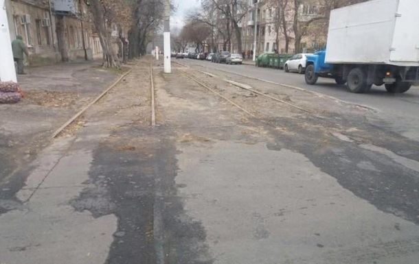 В Одессе дорожники закатали в асфальт трамвайную колею