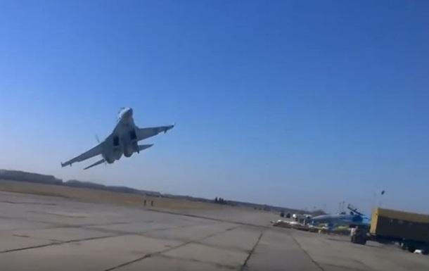 Опубликовано видео опасного маневра украинского Су-27 над головами людей