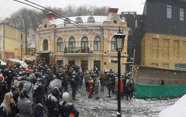 Киевляне вышли на митинг против здания Театра на Подоле