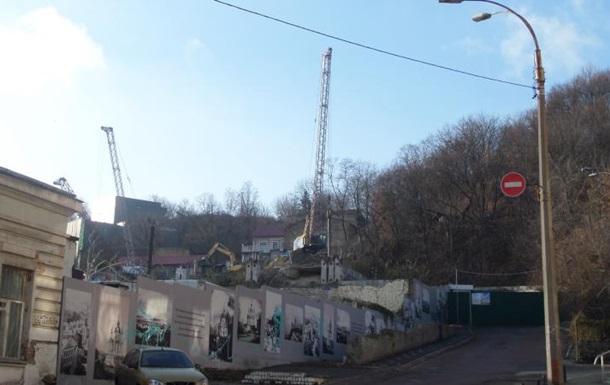 На Андреевском спуске рядом с театром начали строить отель