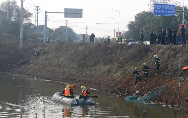 В Китае автобус упал в озеро: 18 жертв