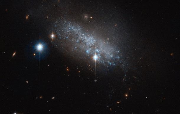 «Хаббл» сообщил фотографии «неправильной» галактики изсиних звезд