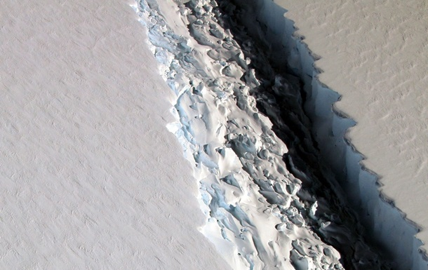 Массивный разлом наледяном щите Антарктиды вполне может стать первопричиной появления айсберга