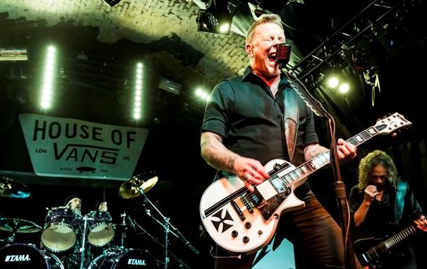 Metallica спела Enter Sandman в супермаркете