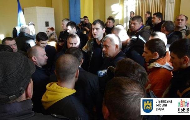 ВоЛьвове активисты сорвали сессию горсовета, протестуя против возведения мусоропрессовочного завода