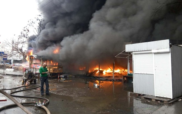 Пожежу на ринку біля станції метро Лісова загасили