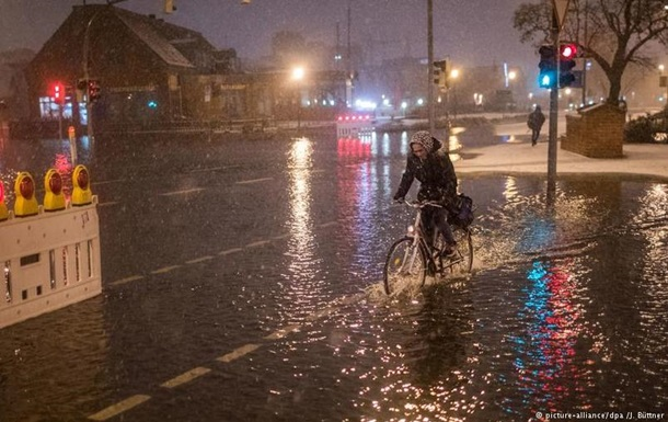 Насевере ФРГ объявили режимЧП из-за урагана