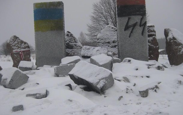 Националисты взорвали на Львовщине памятник убитым в Гуте Пеняцкой (фото, видео)