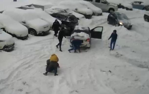 В России уборка снега закончилась массовой дракой