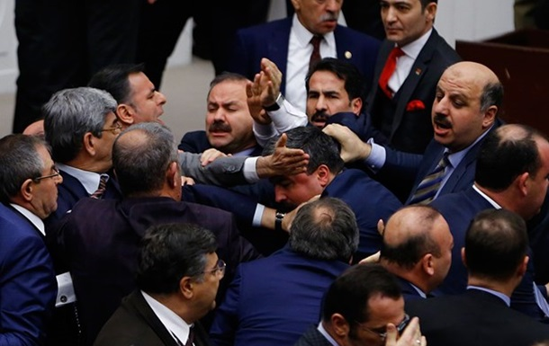 В Турции депутаты подрались из-за конституции