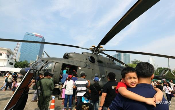 В Таиланде истребитель разбился на авиашоу для детей
