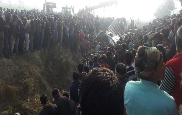 18 индийских детей погибли в итоге столкновения школьного автобуса с грузовым автомобилем