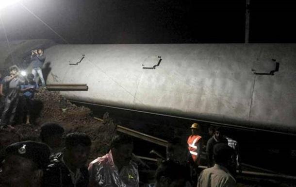 ВИндии поезд сошел срельсов: 13 человек погибли