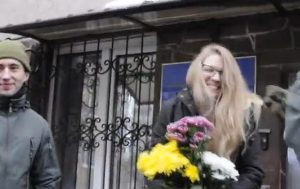 Видео Обвиняемая вубийстве двух милиционеров Вита Заверуха вышла насвободу