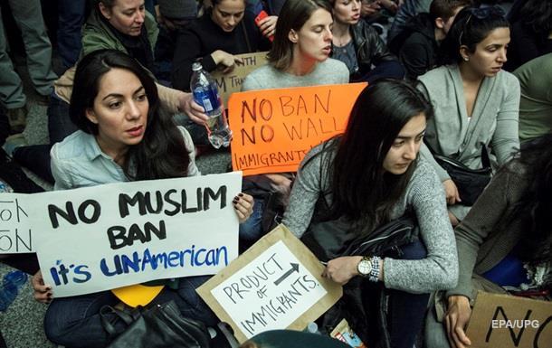 Клинтон выступила вподдержку протестов против миграционной политики Трампа
