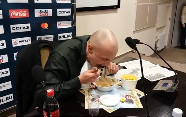 Белорусский корреспондент из-за спора съел свою газету до5-й полосы