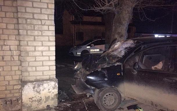 ВоЛьвове автомобиль сподростками протаранил забор ликеро-водочного завода