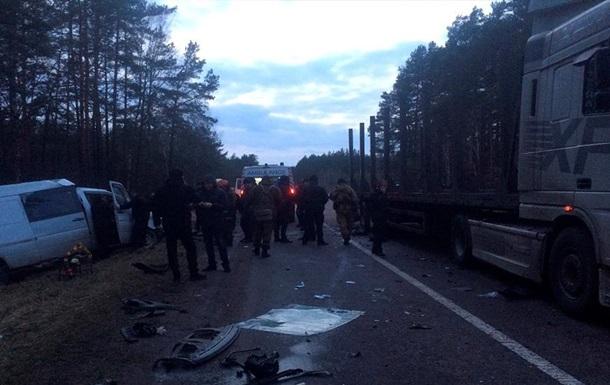 На Рівненщині зіткнулися фура і мікроавтобус, є жертви