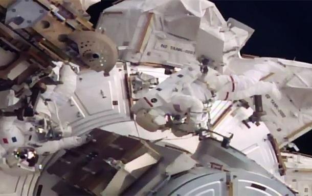 Два астронавта проводят шестичасовой выход воткрытый космос