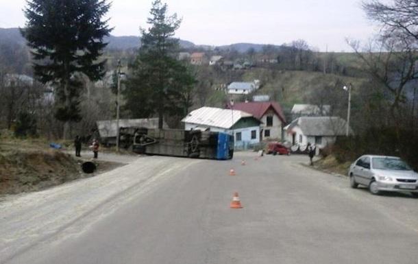На Івано-Франківщині автобус потрапив у ДТП: 10 постраждалих