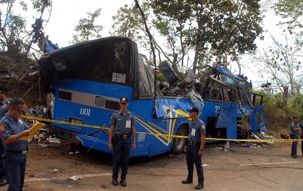 На Филиппинах автобус сорвался в ущелье: 24 жертвы