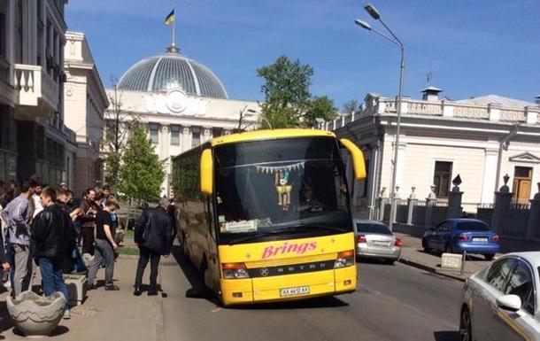 Возле Рады автобус провалился под асфальт