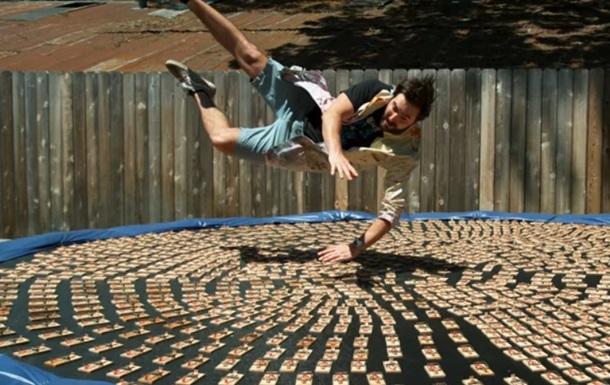 Житель америки прыгнул набатут стысячей заряженных мышеловок
