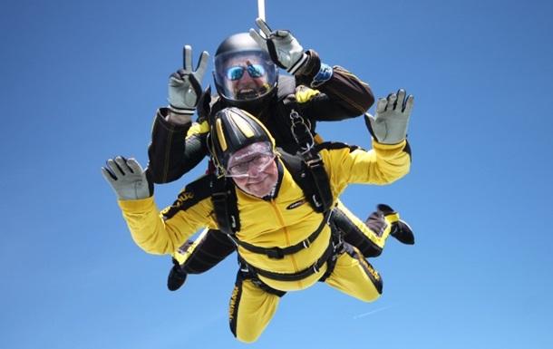 Старейшим в мире парашютистом стал 101-летний британец