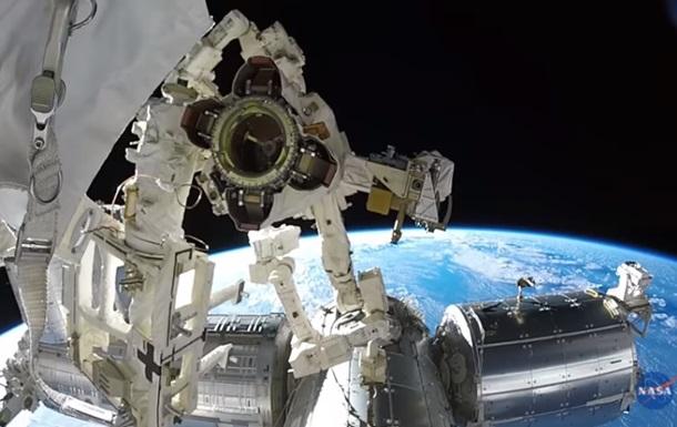 Астронавты наМКС вовремя выхода воткрытый космос установят защитный дисплей
