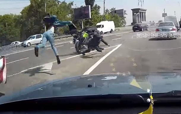 На столичном мосту Патона байкер влетел в отбойник
