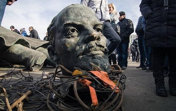В России школьники битами разбили памятник Ленину