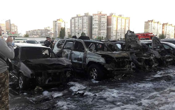 В Киеве на автостоянке произошел масштабный пожар