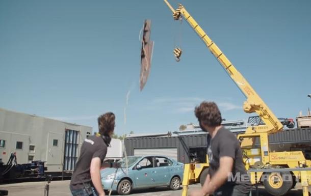 Блогеры проткнули автомобиль гигантским ножом