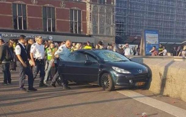 Вцентре Амстердама автомобиль наехал напешеходов
