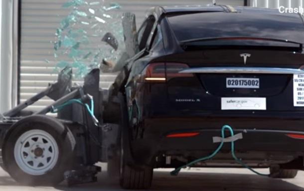 В Сети показали первый краш-тест Tesla Model X