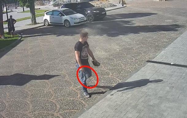 ВОдессе двое парней избивали рабочих ипрохожих