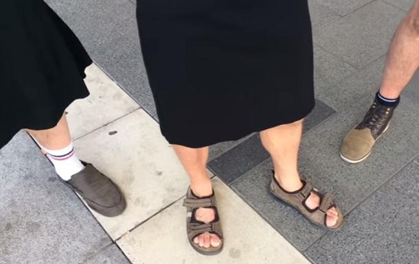Мужчины пришли на работу в юбках после запрета шорт