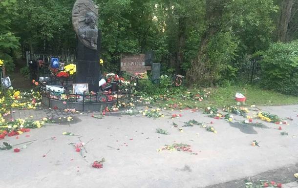 Вандалы осквернили могилу Цоя